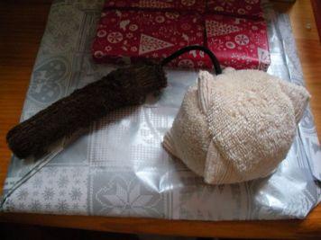 Un doudou masse d'arme en serviette éponge (avec des grelots à l'intérieur)